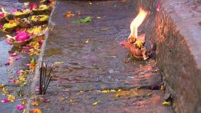花和蜡烛甘加印度Aarti仪式的在瓦腊纳西,北方邦,印度,4k英尺长度录影 股票视频