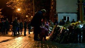 花和蜡烛难忘的纪念品在基辅,乌克兰, 影视素材
