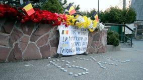 花和蜡烛难忘的纪念品,比利时使馆在基辅,乌克兰, 股票视频