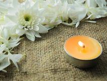 花和蜡烛 免版税库存照片