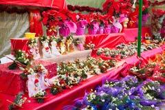 花和装饰在圣诞节市场上 免版税库存照片
