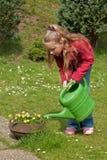 花园女孩浇灌 免版税图库摄影