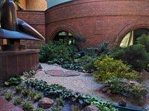 花圃在商业中心的庭院里 库存照片