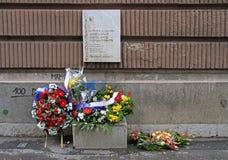 花圈和花在人死亡oplace在波斯尼亚的战争中 库存图片