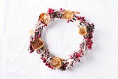 花圈框架由红色莓果和锥体制成在白色背景 免版税库存照片