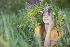 花圈的女孩少年 免版税图库摄影