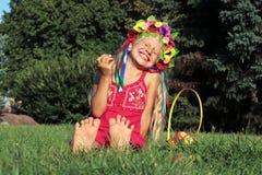 花圈的笑的小女孩 免版税库存图片