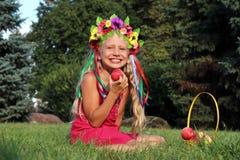 花圈的笑的小女孩 库存照片