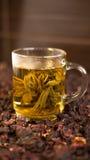 杯以花的形式绿茶 图库摄影