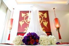花在床上的婚礼花束 免版税库存照片