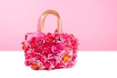 花在桃红色和红色玫瑰的春天袋子在白色 免版税库存图片