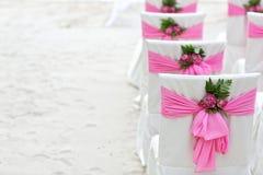 花在海滩的装饰椅子 库存照片