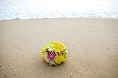 花在热带海滩的婚礼花束 免版税库存图片