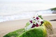 花在热带海滩的婚礼花束 库存照片