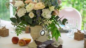 花在餐馆装饰了桌