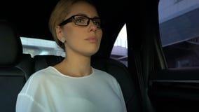 花姑娘上司读书在智能手机的坏新闻消息在汽车,重音 影视素材