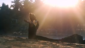 花姑娘在沙滩思考做瑜伽在日出 影视素材