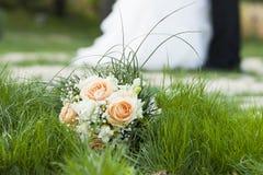 花婚礼之日舞蹈、亲吻和花束  库存照片