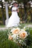 花婚礼之日舞蹈、亲吻和花束  库存图片