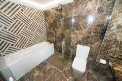 花岗岩卫生间在旅馆客房在一家五星旅馆里在Kranevo,保加利亚 免版税库存图片