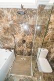 花岗岩卫生间在旅馆客房在保加利亚语的Kranevo一家五星旅馆里 免版税图库摄影
