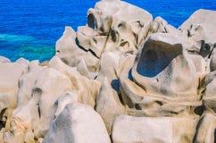 花岗岩在品柱介壳晃动在晴天在圣诞老人di Gallura,撒丁岛,意大利附近 免版税库存图片
