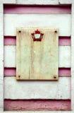 花岗岩在桃红色老墙壁上的板材whith 免版税图库摄影