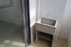 花岗岩在阳台的洗衣店木盆 图库摄影