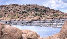 花岗岩小山谷和湖华森岸边的公园,普里斯科特亚利桑那美国 免版税图库摄影