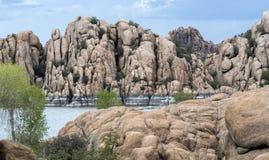 花岗岩小山谷和湖华森岸边的公园,普里斯科特亚利桑那美国 库存图片