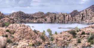 花岗岩小山谷和湖华森岸边的公园,普里斯科特亚利桑那美国 库存照片