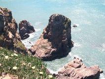 花岗岩峭壁在辛特拉,葡萄牙,大陆Europe's最西部的点附近的罗卡角 库存图片