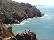 花岗岩峭壁在辛特拉,葡萄牙,大陆Europe's最西部的点附近的罗卡角 库存照片