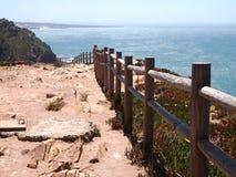 花岗岩峭壁在辛特拉,葡萄牙,大陆Europe's最西部的点附近的罗卡角 免版税图库摄影