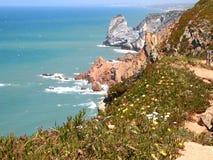 花岗岩峭壁在辛特拉,葡萄牙,大陆Europe's最西部的点附近的罗卡角 图库摄影