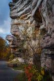 花岗岩沿供徒步旅行的小道的露出前景在山姆的点蜜饯 库存图片
