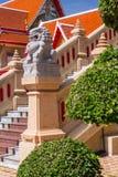 花岗岩狮子在泰国寺庙前面的雕象逗留 库存照片