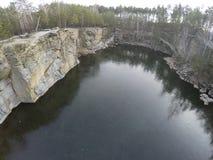 花岗岩猎物采矿空中英尺长度在森林里 免版税库存照片