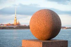花岗岩球关闭根据设置春天太阳 Vasilievsky海岛,圣彼得堡 免版税图库摄影