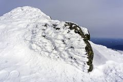 花岗岩石头,盖用异常的冰分枝,在山顶部 免版税库存图片