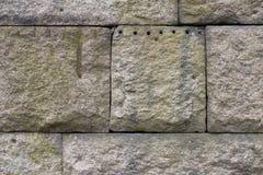 花岗岩石头块墙壁,风化与猎物标记 库存图片