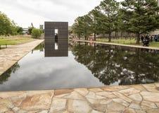 花岗岩走道、反射性空的椅子的水池与9:01上午墙壁和领域,俄克拉何马市纪念品 库存图片