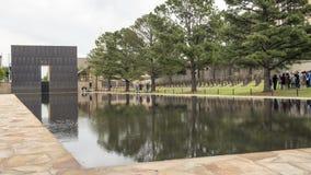花岗岩走道、反射性空的椅子的水池与9:01上午墙壁和领域,俄克拉何马市纪念品 免版税库存图片