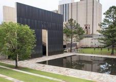 花岗岩走道、反射性空的椅子的水池与9:01上午墙壁和领域,俄克拉何马市纪念品 免版税图库摄影