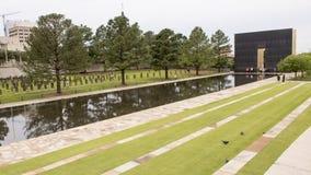 花岗岩走道、反射性空的椅子的水池与9:03上午墙壁和领域,俄克拉何马市纪念品 免版税库存照片