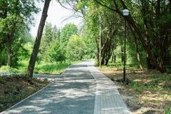 花岗岩走道和瓦片在公园 旅游地方在庭院里 库存照片