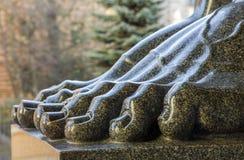 花岗岩atlantes的脚在圣彼德堡偏僻寺院R的 库存照片