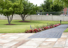 花床和花岗岩走道,俄克拉何马市全国纪念品 库存图片