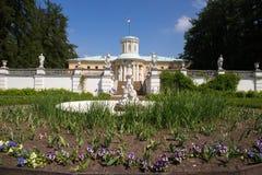 花床看法在老喷泉附近的有一个雕象的在城市公园 阿尔汉格尔斯克州村庄  俄国 免版税库存图片