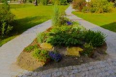 花床,围拢由庭院和胡同 图库摄影